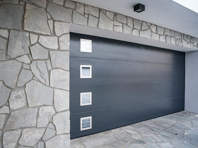 design garážových vrat hladký (barva antracit) se čtvercovými okénky