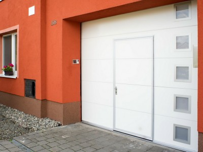 design garážových vrat hladký (bílá barva) se čtvercovými okénky a integrovaným vstupem
