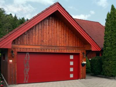 design garážových vrat hladký (s čtvercovými okénky a nerez dekorem)