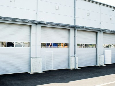 Průmyslová vrata s 1 prosklenou sekcí a integrovaným vstupem
